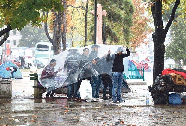 migranti-izbeglice-srbija-beograd-autobuska-stanica-kisa-foto-nebojsa-mand-1441926133-738003